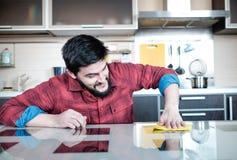 Brodaty mężczyzna w kuchni Fotografia Royalty Free