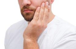 Brodaty mężczyzna z chorym zębem Zakończenie Odizolowywający nad białym tłem zdjęcie royalty free
