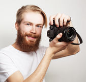 Brodaty mężczyzna z cyfrową kamerą Obrazy Royalty Free