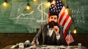 Brodaty mężczyzna z dolarowym pieniądze dla łapówki konceptualny gospodarki finanse wizerunku pieniądze wellness Patriotyzm i wol zdjęcia stock