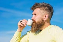 Brodaty mężczyzna z kawa espresso kubkiem, napoje kawowi Mężczyzna z długą brodą cieszy się kawę Kawowy wyśmienity pojęcie brody  zdjęcie stock