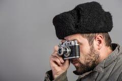 Brodaty mężczyzna z retro kamerą, pracowniany shott Staromodna odzież, retro styl Fotografia 50th obraz stock
