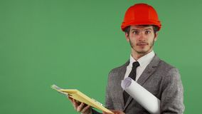 Brodaty męski inżynier patrzeje wprawiać w zakłopotanie podczas gdy czytający dokument zdjęcia stock