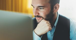 Brodaty młody biznesmen pracuje na nowożytnym biurze przy nocą Konsultanta mężczyzna myśleć patrzeć w monitoru komputerze Kierown obrazy royalty free