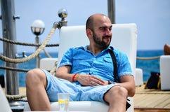 Brodaty młody uśmiechnięty mężczyzna cieszy się wakacje Zdjęcie Royalty Free