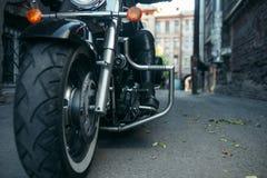 Brodaty motocyklista na klasycznym siekaczu, rowerzysta fotografia stock