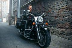 Brodaty motocyklista na klasycznym siekaczu, rowerzysta zdjęcia stock