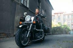 Brodaty motocyklista na klasycznym siekaczu, rowerzysta zdjęcia royalty free