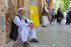 Brodaty muzułmanin w Islamskiej sukni jest odpoczynkowy na miasto ulicie Obraz Stock