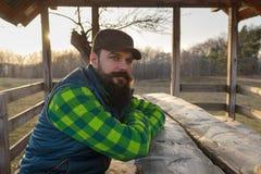 Brodaty rolnik przy zmierzchem zdjęcia royalty free