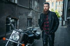 Brodaty rowerzysta w skórze odziewa przeciw siekaczowi obraz royalty free