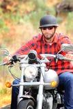 Brodaty rowerzysta z hełmem zdjęcia stock
