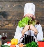 brodaty szczęśliwy mężczyzna szefa kuchni przepis Dieting żywność organiczna Kuchnia kulinarna vite Zdrowy karmowy kucharstwo bro zdjęcie royalty free