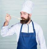 brodaty szczęśliwy mężczyzna szefa kuchni przepis Kuchnia kulinarna vite Mężczyzny smaku polewka od łyżki Dieting żywność organic fotografia royalty free