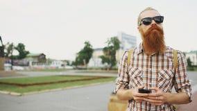 Brodaty turystyczny mężczyzna gubjący w mieście i używać smartphone online mapę znajdować właściwe wskazówki obraz royalty free
