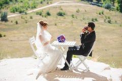Brode, das für Bräutigam Photographer aufwirft Stockfoto