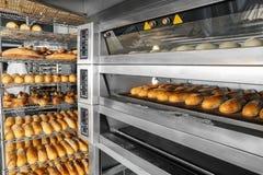 Broden van brood bij het opschorten Stock Afbeeldingen