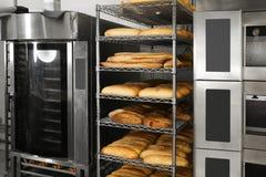 Broden van brood bij het opschorten Stock Fotografie