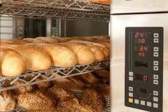 Broden van brood bij het opschorten Stock Afbeelding