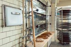 Broden van brood die op plank in te verkopen bakkerij wachten Stock Foto's