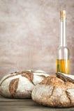 Broden van brood met olijfolie Stock Fotografie