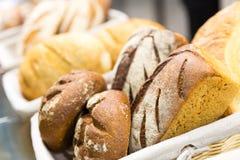 Broden van brood op de plank Stock Afbeeldingen