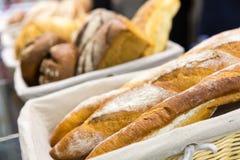 Broden van brood op de plank Stock Afbeelding