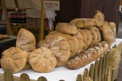 Broden van brood voor verkoop op een markt in Krakau Stock Afbeelding