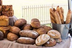 Broden van vers gebakken volkorenmeel en zuurdesembrood stock afbeeldingen