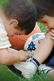Broder hjälp om shoelace Royaltyfri Foto