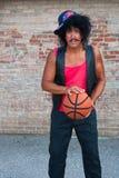 Broder i huven med basket royaltyfri foto