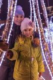 Broder och hans mer unga systerstativ på vinterafton Royaltyfri Fotografi