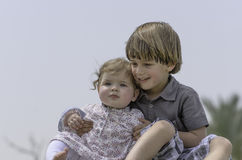 broder som kramar systern Royaltyfri Foto