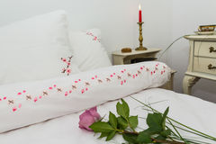 Broderad sängkläder Royaltyfri Fotografi