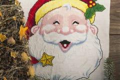 Broderad Santa Claus och julgran med kottar Arkivfoto