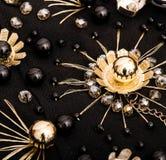 Broderade guld- blommor med crystal och svarta pärlor Arkivfoton