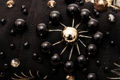 Broderi av blomman med stora svarta pärlor på tyg Royaltyfri Fotografi