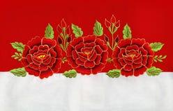 Broderi för röda rosor royaltyfri foto