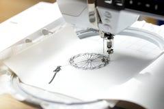 broderie avec la machine de broderie - dandilon sur le similicuir blanc - vue sur le processus de broderie Images stock