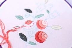 Broderie avec le motif floral encadrée dans un cercle Travail dans le procédé Photographie stock libre de droits