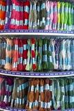 Broderie colorée de fil pour la broderie et le point croisé de broderie Photos stock