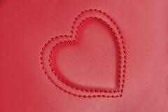 Broderie convexe dans la forme de deux coeurs sur le cuir rose, v latéral photographie stock