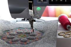 broderie de mandala coloré sur le feutre avec la machine de broderie - vue de face Image libre de droits