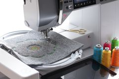 broderie de mandala sur le feutre avec la machine de broderie Images stock