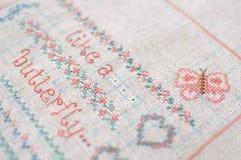 Broderie de point de croix sur la toile Échantillonneur avec les modèles floraux Photos libres de droits