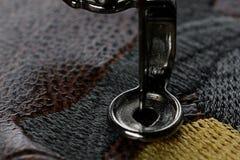 Broderie multicouche sur le similicuir brun avec la machine de broderie - macro Images stock