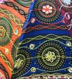 Broderie sur le tissu coloré sur le parapluie africain est photos stock