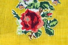 Broderie sur le tissu jaune Image stock