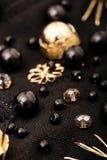 Broderisammansättning av svarta pärlor och guld- blommor på fabr Arkivbild