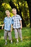 broderstående som ler tvilling- två royaltyfri bild